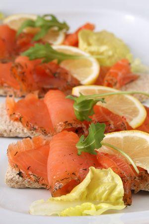 salmon ahumado: Aperitivos de salm�n ahumados Foto de archivo