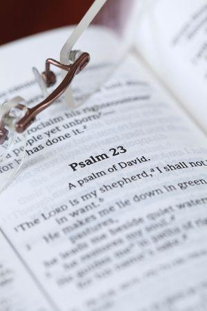 salmo: Aprire la Bibbia con lo stato attivo su uno dei pi� popolari Salmi - Salmo 23. Shallow DOF, fuoco.  Archivio Fotografico