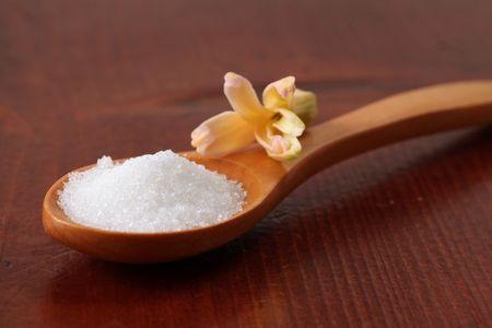 Caster azúcar en una cuchara de madera