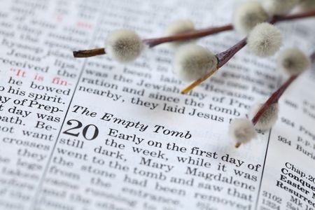tumbas: Abrir la Biblia con enfoque en el texto de John 20 sobre la resurrecci�n de Jes�s. GDL superficial Foto de archivo
