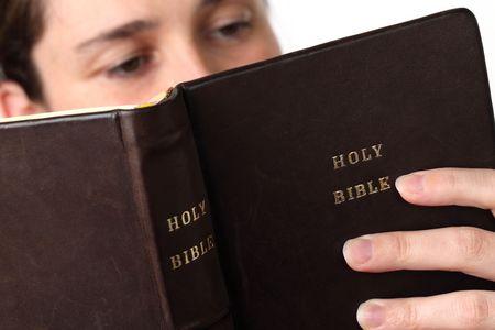 leer biblia: Joven leyendo la Biblia. Centrarse en la Biblia