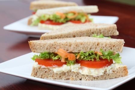 Vegetarianos sandwiches con propagación de huevo, lechuga, tomate y zanahoria