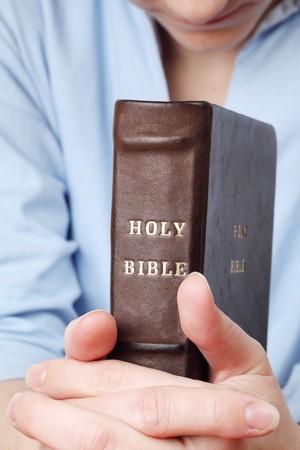 mujer orando: Prayint con la Biblia  Foto de archivo