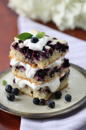 slagroom: Bos bessen taart met slag room. Ondiepe DOF