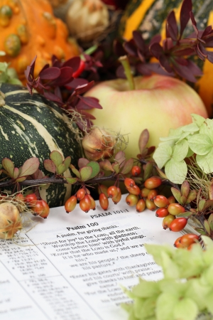 dried flower arrangement: Thanksgiving arrangement with the Bible open at Psalm 100 Stock Photo
