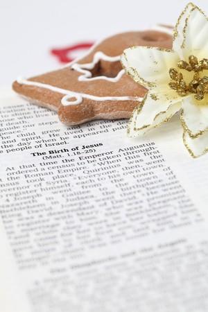 nacimiento de jesus: Historia de la Navidad. Biblia abierta con enfoque selectivo en texto en Lucas 2 acerca del nacimiento de Jes�s