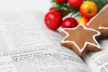 nascita di gesu: Storia di Natale. Bibbia aperta con il fuoco sul testo 2 Lucas sulla nascita di Ges�