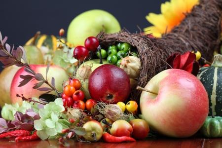 cuerno de la abundancia: Cornucopia de otoño - símbolo de alimentos y la abundancia  Foto de archivo