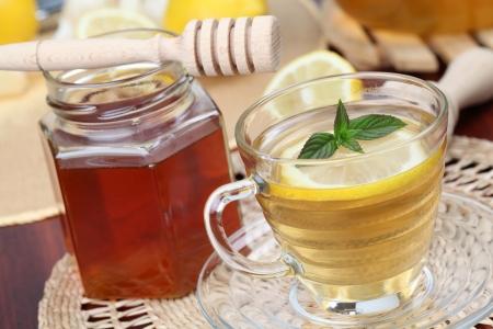 Tea with honey and lemon as natural medicine. Shallow dof Standard-Bild