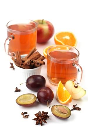 Würzig Winter heisses Getränk mit Orangen, Äpfel, Pflaumen, Zimt, Anis und Gewürznelke isoliert auf weißem Hintergrund Standard-Bild - 8119005