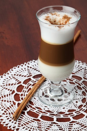 decaffeinated: Freshly made cafe latte with cinnamon in a glass