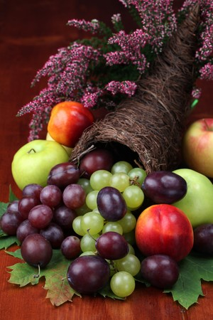 cuerno de la abundancia: Cornucopia, s�mbolo de los alimentos y la abundancia, con varias frutas  Foto de archivo