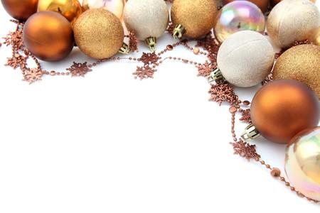 advent: De grens van de Kerst mis met goud en bruin ornamenten geïsoleerd op een witte achtergrond. Ondiep dof  Stockfoto