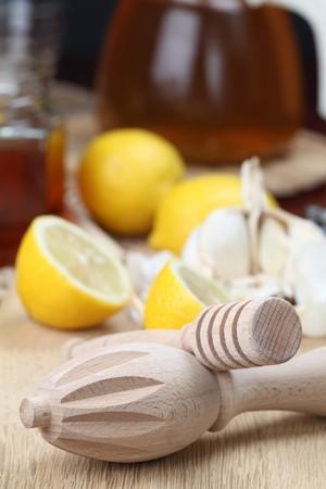 naturmedizin: Honig Dipper und Juicer mit Honig, Zitronen und Knoblauch als nat�rliche Medizin. Konzentrieren sich auf Vordergrund.  Lizenzfreie Bilder