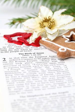 nacimiento de jesus: Biblia abierta con enfoque selectivo en texto en Lucas 2 acerca del nacimiento de Jes�s  Foto de archivo