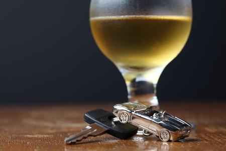 차 모양의 펜던트와 맥주 한잔의 자동차 열쇠 스톡 콘텐츠