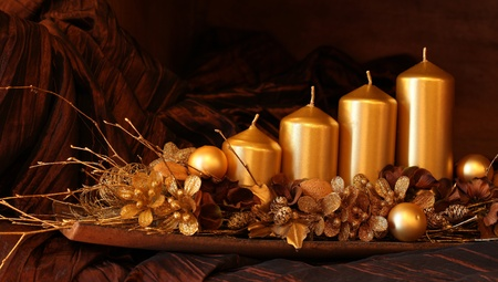 the advent wreath: Decoraci�n de llegada de oro moderno con cuatro velas. Kelvin superficial