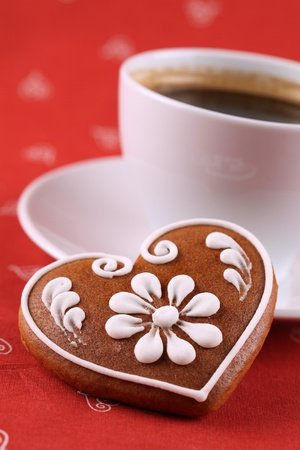 Gingerbread heart and a cup of coffee. Shallow dof Standard-Bild
