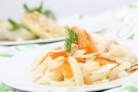finocchio: Insalata di finocchio con cipolla, mandorle, mele e arance. Shallow dof Archivio Fotografico
