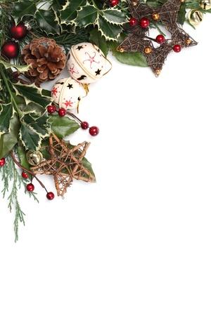 houx: Fronti�re de No�l avec des grelots, des �toiles et autres ornements et d�corations de No�l isol� sur blanc. DOF peu profond