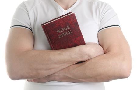 vangelo aperto: L'uomo tiene la Sacra Bibbia, isolato su sfondo bianco