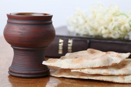 pan y vino: Cáliz con el vino, el pan de pita, la Santa Biblia y el jacinto blanco