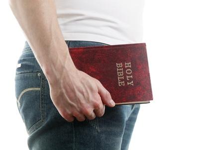 vangelo aperto: Uomo che tiene la Sacra Bibbia, isolato su sfondo bianco Archivio Fotografico