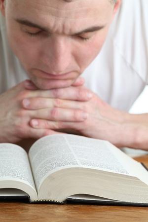 vangelo aperto: Uomo che prega con la Focus Bibbia sulla Bibbia Archivio Fotografico