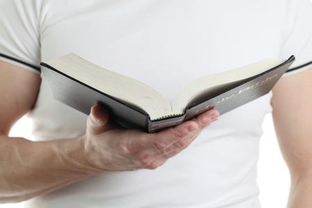 vangelo aperto: Uomo che legge la Bibbia, di messa a fuoco sulla Bibbia