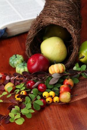 cuerno de la abundancia: Gracias acuerdo con cornucopia y la Biblia en el fondo