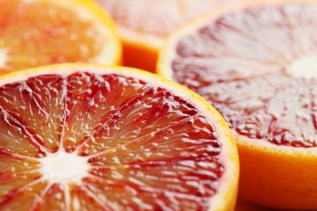 knippen: Close-up van gehalveerde bloedsinaasappel Ondiepe dof