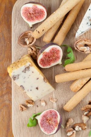 tabla de queso: Tabla de quesos con queso azul, queso de nuez, higos frescos, nueces y grisines