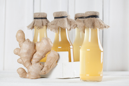 jarabe: Botellas con jarabe de jengibre hecho en casa. Kelvin superficial Foto de archivo