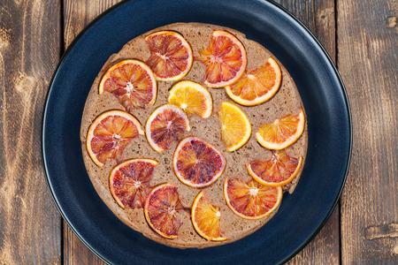 cabeza abajo: torta al rev�s se escribe con naranjas de sangre Foto de archivo