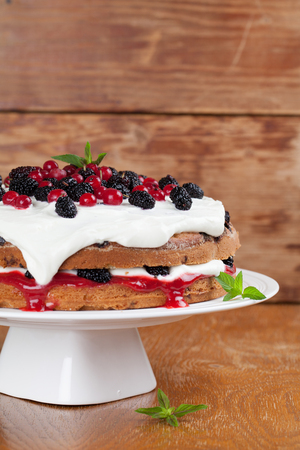 red currant: Mulberry and red currant cake with yogurt and whipped cream