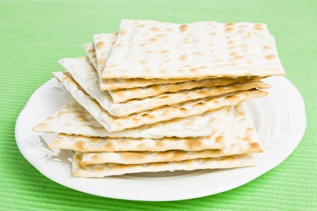 maca: Pila de pan matz� jud�a en un plato Foto de archivo