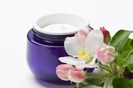 wrinkly: Cosmetic moisturizing cream for face skin with flower in plastic container