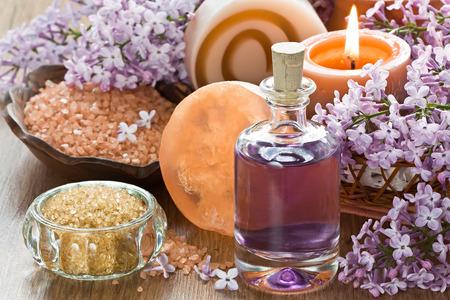 tratamientos corporales: Aromaterapia aceite esencial, el azúcar morena, sal de mar, jabón natural y flor de la lila Foto de archivo