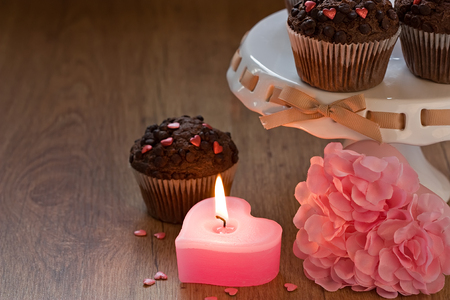 bougie coeur: Romantic heart candle, chocolate chip muffins and gift box in Valentine?s day