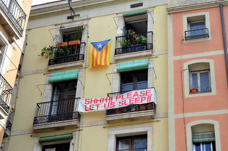 protest sign: Barcelona balcony protest sign please let us sleep