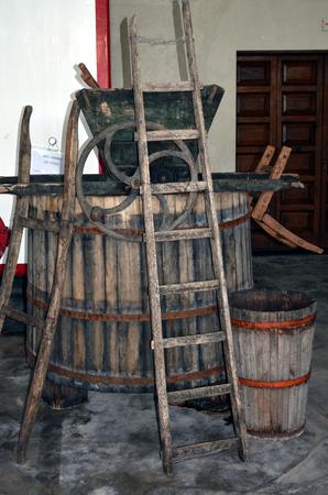 demijohn: Wine fermentation process in wine carboys