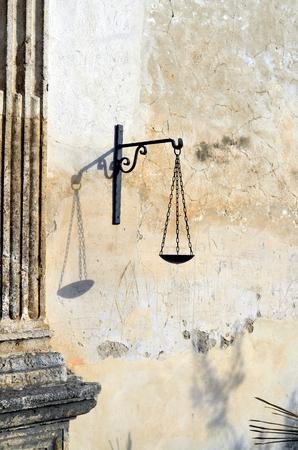 balanza de laboratorio: icono del balance de la diosa de la justicia Foto de archivo