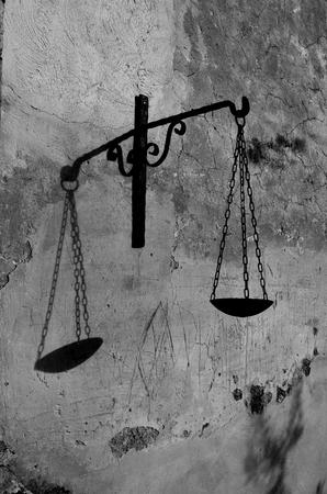 balanza de laboratorio: icono del balance de la diosa de la justicia en blanco y negro