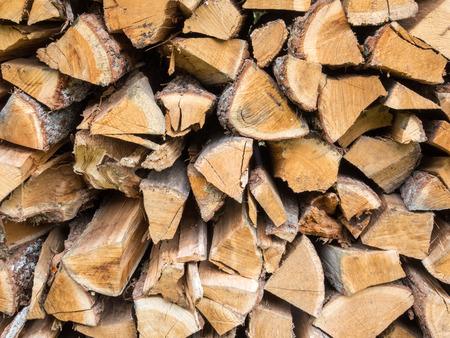 Trocknen aufgeteilt Brennholz in einem Stack Standard-Bild