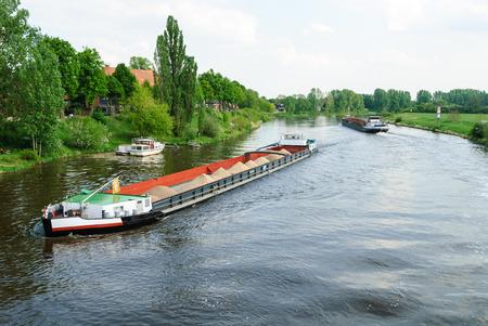 Zwei Frachtschiffe an der Weser in der Nähe von Nienburg Lizenzfreie Bilder
