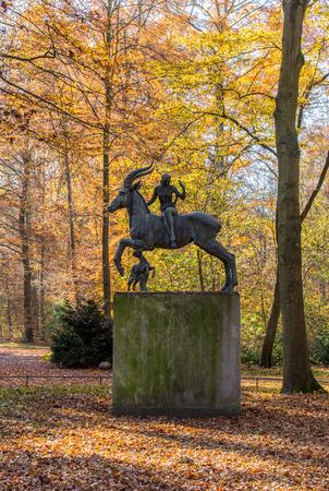 Skulptur des mythischen Wesen mit Reiterin und Hund erstellt von Ludwig Vierthaler, Eilenriede, Hannover