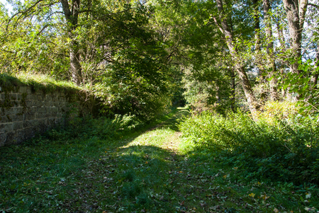 Trail entlang der Mauer des ehemaligen Klosters in Glindfeld, Kreis Medebach im Hochsauer