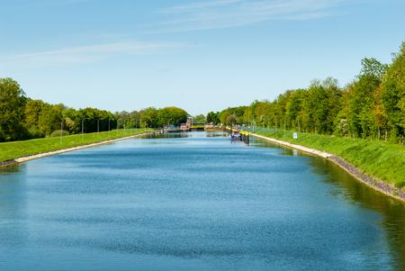 Kanalschlösser am Fluss Weser bei Sebbenhausen mit Delfine, Landungsbühnen, Brücke und Tor
