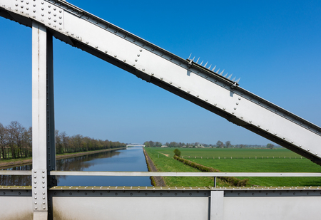Blick von der Brücke über den Kanal und Wesermarsch bei Balge