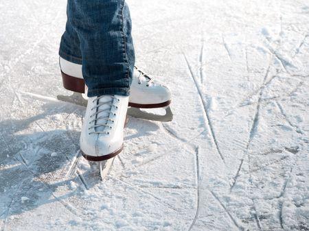 patinaje: Piernas de patinador sobre pista de hielo de invierno en al aire libre